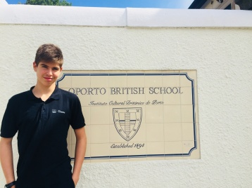 Photo Thomas devant Oporto british school